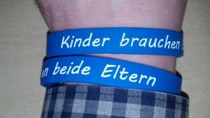 """Das blaue Solidaritätsarmband mit der Inschrift """"Kinder brauchen beide Eltern"""""""