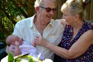 Großeltern mit Kind (Symbolbild)